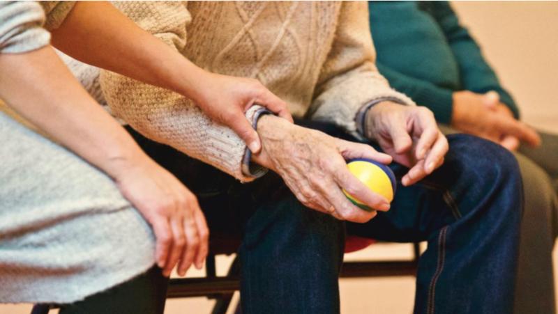 La edad de inicio del Alzheimer en los padres, clave para detectar y prevenir la enfermedad en las hijas