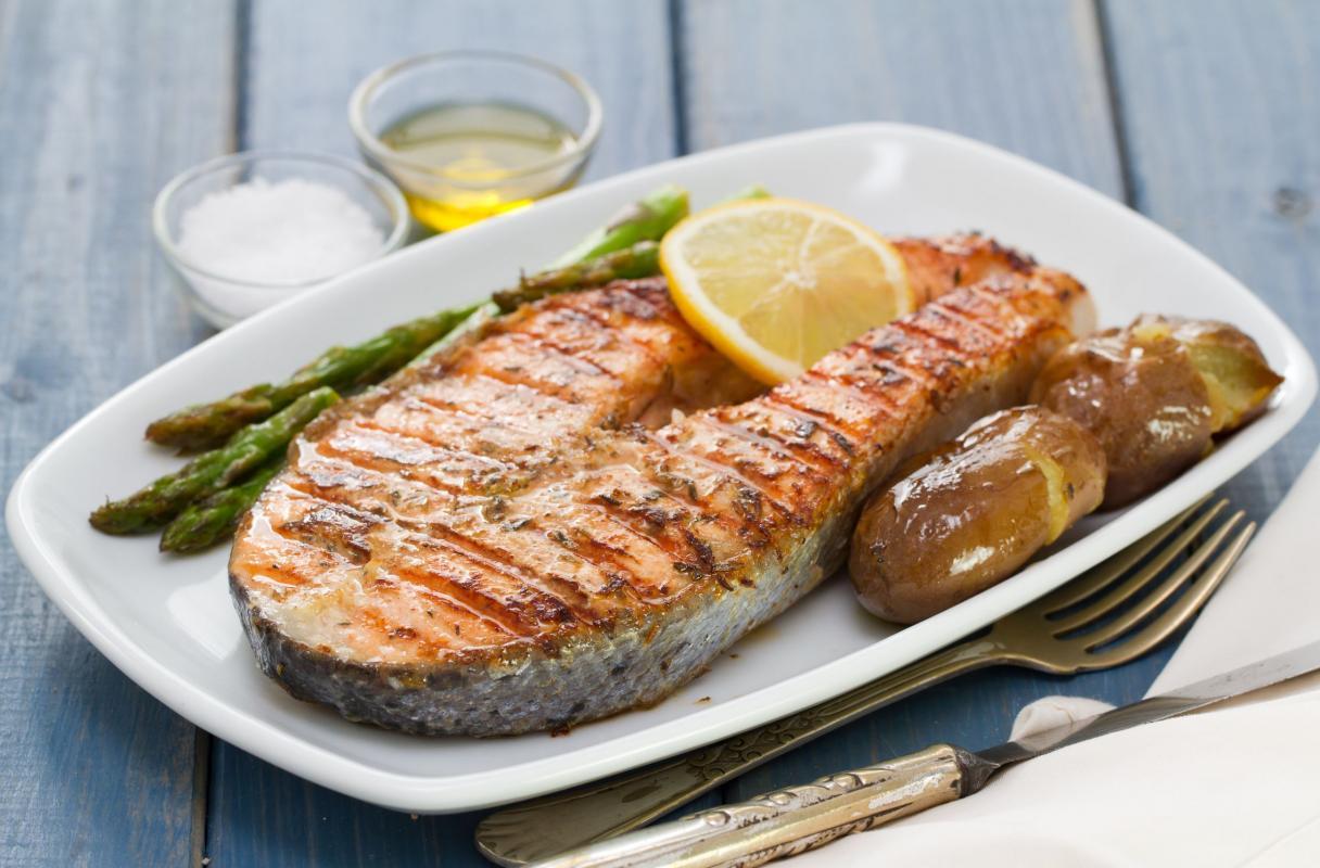Ilustración plato con pescado azul